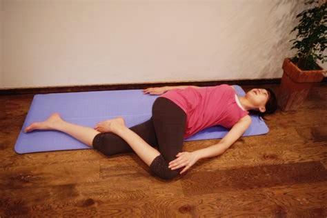 側弯症予防のストレッチをしている女性